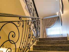 Шторы на лестницу